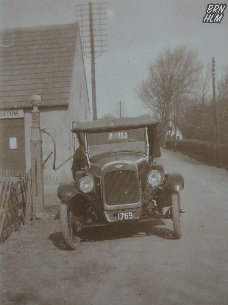Chevrolet Superior tankes ved Lobbæk Cykleforretnings nye Shell tank - 1923