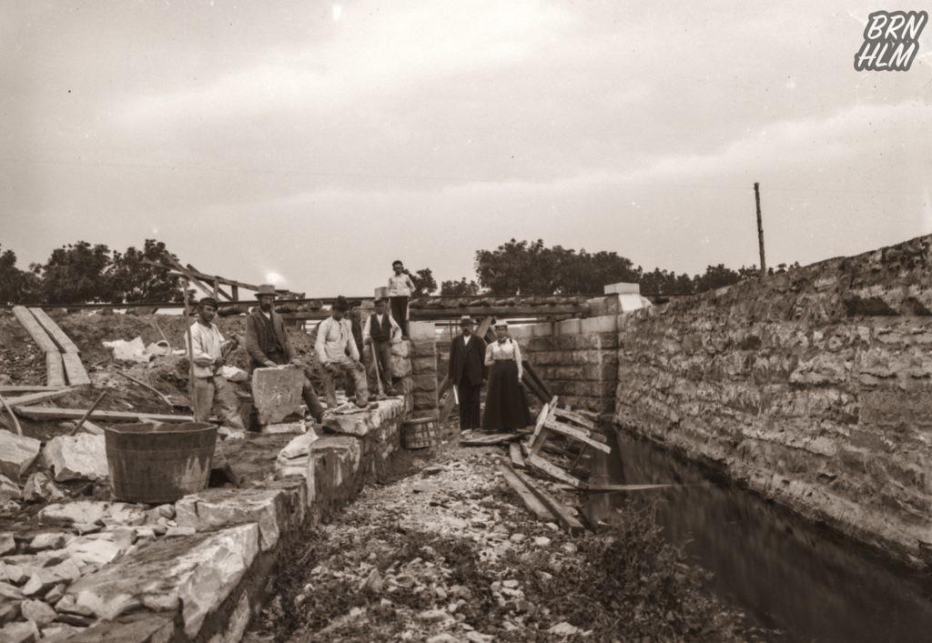 Jernbanebroen over Søbækken ved Nexø opføres - 1900