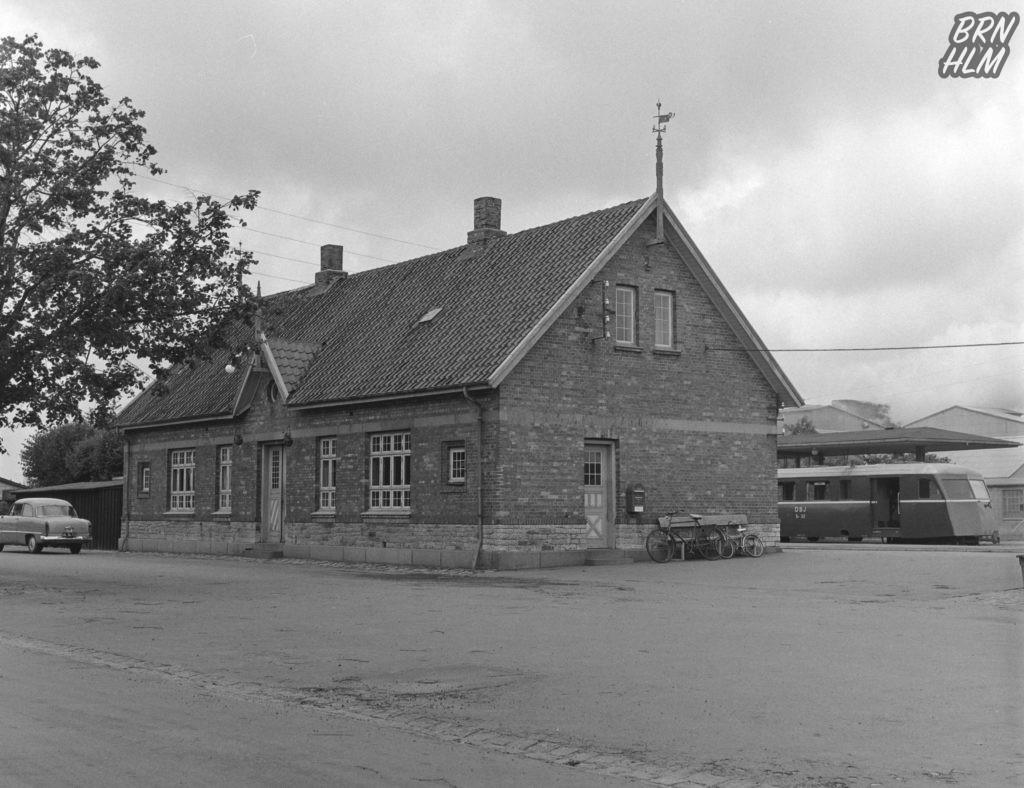 Skinnebus SP 32 holder ved Aakirkeby Station - 1968