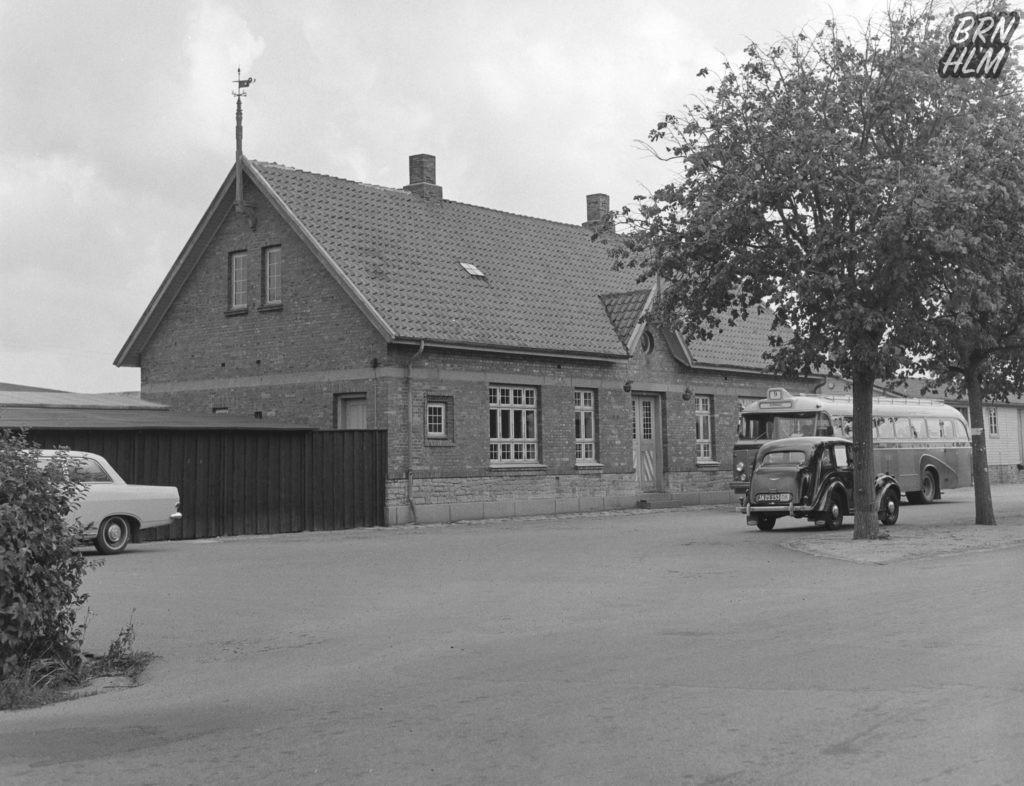 Rutebilen holder foran Aakirkeby Station - 1968