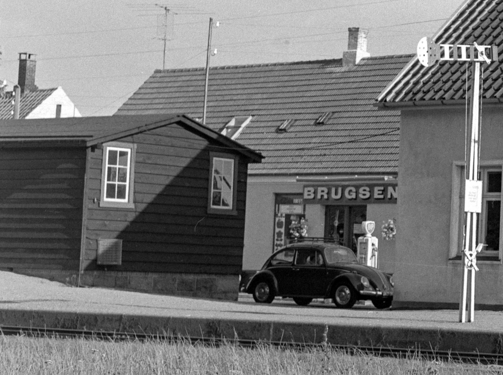 Lobbæk Brugsforening samt BP stander skimtes bag Lobbæk Station - 1968