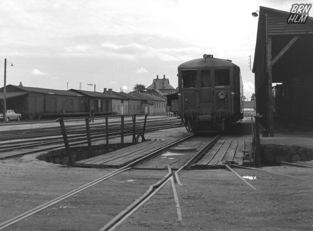 DBJ Motorvogn holder ved Rønne H Stations drejeskive - 1968