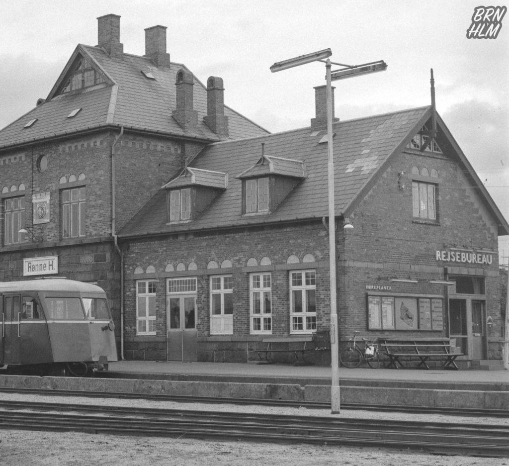 DBJ Skinnebus SM 30 samt SP 32 foran Rønne H Station - 1968
