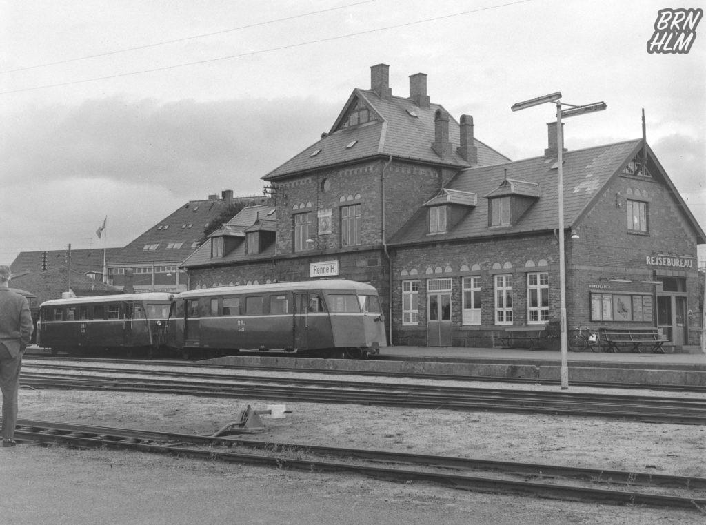 Skinnebus SM 30 samt SP 32 foran Rønne H Station - 1968