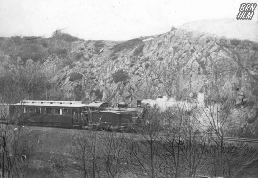 Damplokomotivet passerer gennem Kleven
