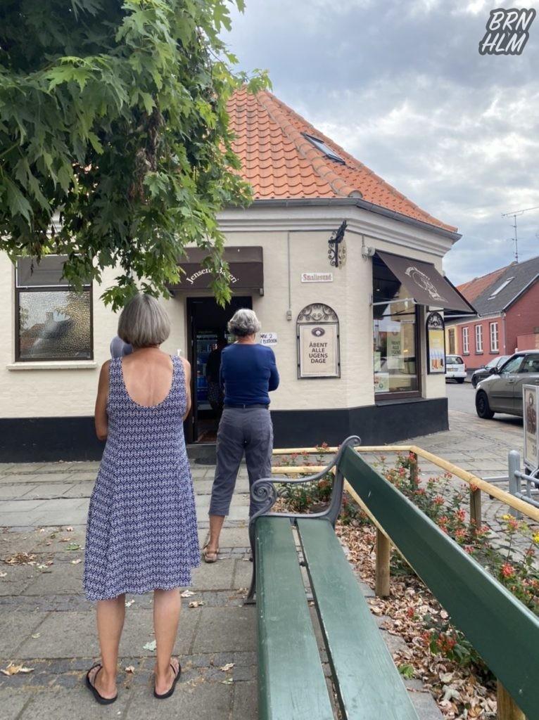 Coronakø foran Jensens Bageri - 2020